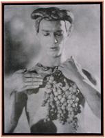 Adolphe (baron) De Meyer · Nijinsky à mi-corps, tenant une grappe de raisins, 1914, Fotomechanischer Druck (collotype), 20,9 x 15,8 cm, Sammlung Musée d'Orsay, Paris
