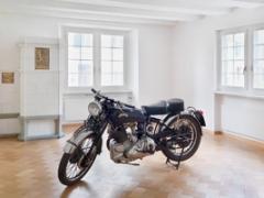 Olivier Mosset · Motor cycle Vincent, 1950, Installationsansicht Kunsthalle Zürich, 2012. Foto: Stefan Altenburger