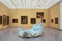 Deftig Barock, 2012, im Vordergrund: Urs Fischer, Ohne Titel (Soft Bed), 2011, Ausstellungsansicht Kunsthaus Zürich. Foto: Mancia/Bodmer