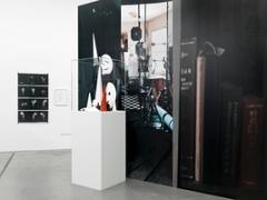 Fotografien von Hans Danuser, aufgenommen im Atelier von Klaus Lutz, New York, 2009, Digitalprint, auf die Wand aufgezogen. Foto: Stefan Altenburger