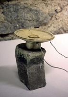 Rolf Julius · Stone alone (Pierre seule), 1993-2003, Tweeter, Stein, CD-Lesegerät, Audio-CD, 9 x 6 x 6 cm Tweeter: ø 6 cm, Stein: 7 x 4 x 4 cm