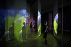 Pipilotti Rist · Administrating Eternity, 2011, Audio-Video-Installation, Loop, 4 Projektionen, zwei bewegte Spiegel, Vorhänge, Stahlseile, Musik: Anders Guggisberg und P. Rist, Courtesy Hauser & Wirth und Luhring Augustine