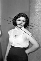 Objects of Study/Studio Shehrazade/Hashem el Madani/Studio Practices, 2006, Druck eines zerkratzten Negativs von Mrs. Baqari's, Saida, Libanon, 1957, Fotografie s/w, 29 x 19 cm, Courtesy Kadist Art Foundation