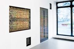 Carmen Perrin · Entrer dehors, sortir dedans, 30 portes Bruno Taut, Berlin 2012, Installation, Kautschuk, Acryl-Farbe. Foto: Serge Hasenböhler