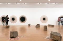 Latifa Echakhch · Laps, 2013, Ausstellungsansicht. Court. Eva Presenhuber/kamel mennour/kaufmann repetto. Foto: Blaise Adilon