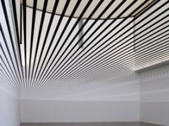 Zilvinas Kempinas · Parallels, 2007, Magnetbänder, Holz, Eisen, Courtesy Galerie Yvon Lambert, Paris, und Galerija Vartai, Vilnius. Foto: Daniel Spehr