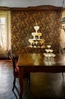 Zilla Leutenegger · Champagner Brunnen, 2013, Videoinstallation mit Objekten, (14 Champagnergläsern, sandgestrahlt) 1 Projektion, Farbe, kein Ton, Loop, Courtesy Galerie Peter Kilchmann, Zürich. Foto: Ralph Feiner