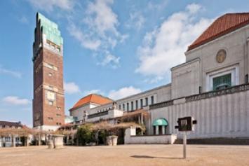 Die Kunsthalle Marcel Duchamp vor dem Hochzeitsturm und dem Ausstellungsgebäude der Mathildenhöhe Darmstadt. Foto: Gregor Schuster