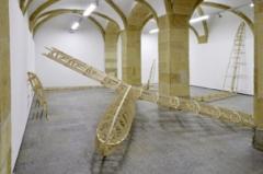 Christian Gonzenbach · Fafnir, 2011, Holz, 2000x950x100cm. Foto: Ariane Honegger