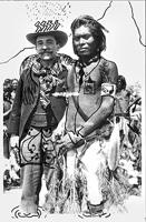 Aby Warburg und ein Pueblo-Indianer, 1896, überarbeitete Postkarte von Roberto Ohrt und Philipp Schwalb an Peter Kamm.