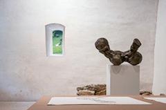 Elisabeth Eberle · Noli me Tangere, 2013, Holz und Graphit, Ausstellungsansicht. Foto: Robert Schär