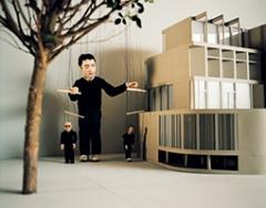 This is not a Time for Dreaming, 2004, Puppenspiel und 16-mm-Film, übertragen auf Béta Digital, 24', Farbe, Ton, Ed. 6 + 2 AP, Filmstill. Alle Aufnahmen: ©ProLitteris, Courtesy Marian Goodman Gallery, New York/Paris und Esther Schipper, Berlin