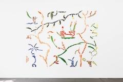 Betty Woodman · Wallpaper No. 5, 2014, Glasierte Keramik, Epoxyharz, Lack, Acrylfarbe, 305x386x2,5cm, Courtesy Galerie Francesca Pia, Zürich. Foto: Mathilde Agius