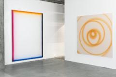 Koogelberg, 2013, acrylique sur toile, 180x240cm; OVVIII, 2013, acrylique métallique sur toile  apprêtée transparent, 180x180cm, vue de l'exposition Studio Sandra Recio. Photo: Carole Parodi