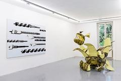 Vincent Kohler · Mèches, 2010, Öl auf Leinwand, 155x220cm; Charlotte, Kunstharz auf Polyesterschale, 250x150x 200 cm, Ausstellungsansicht. Foto: Aurélien Mole