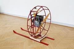 Roman Signer · Motor mit Propeller, 2013, Propeller, Skier, H 118xB 108xL 167cm, Installationsansicht St.Gallen, Courtesy Galerie Barbara Weiss, Berlin. Foto Stefan Rohner
