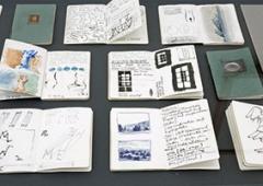 Markus Raetz · SEE-SAW, 2014, Ausstellungsansicht Musée Jenisch, Blick in die Vitrinen mit den vom Künstler aufgeschlagenen ‹Carnets› ©ProLitteris. Foto: Julien Gremaud