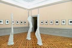 Giro Annen · Ohne Titel (3 Figuren), 2014, Beton bemalt, Ausstellungsansicht Bündner Kunstmuseum Chur, 2014