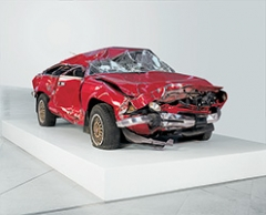 Bertrand Lavier · Giulietta, 1998, verunfallter Personenwagen, 166x420x142cm, Musée d'art Moderne et Contemporain de Strasbourg ©Pro Litteris. Foto: N. Fussler