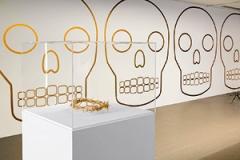 John Armleder · Lubaantum, 2002/2014, Wandmalerei; Illico, 2011, vergoldetes Silber, 7x23x27cm, Courtesy Galerie Andrea Caratsch, St. Moritz