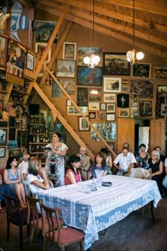 Die Lehrerin Phaqizo Phanchulidze liest Gedichte von Otia Iossiliani im Haus des Schriftstellers, Tskaltubo Art Festival 2014. Foto: Evan Ruetsch