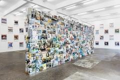 Archiv Valentina Tanni · The Great Wall of Memes, 2012-2014; Simon Denny · The Personal Effects of Kim Dotcom, 2013/2014, Ausstellungsansicht Kunst Halle Sankt Gallen. Foto: Gunnar Meier