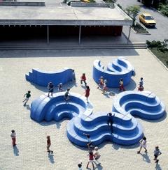 Ueli Berger · Pausenplatz-Plastik, 1970, Beton farbig, Spielplatz Schulhaus Melchenbühl, Muri BE. Foto: Leonardo Bezzola