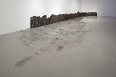 Seline Baumgartner · As Everything Fades, 2015, (Packard Plant), Holzklötze, Staubmuster, Holzboden aus der Packard Plant in Detroit. Beide Fotos: Lorenzo Pusterla