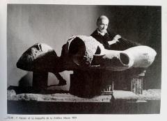 Friedrich Kiesler mit Modell des Endless House, NY, 1959 ©Österreichische Friedrich und Lillian Kiesler Privatstiftung, Wien
