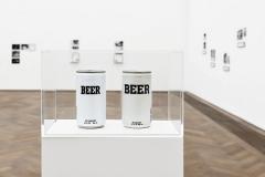 Maryam Jafri · Installationsansicht Generic Corner, Blick auf Generic Beer Cans, 2015, 2 Bierdosen; je 12,5cmx6,5cm, Kunsthalle Basel, 2015. Foto: Philipp Hänger