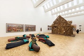 D.Oppenheim · Sleeping Dogs, 1997, Genova; (rechts) U.Fischer, Bread House (links) A.Gursky, 99 Cent II, 2000, Andreas Gursky, Duesseldorf. Foto: Attilio Maranzano