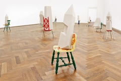 Andra Ursuta · Whites, 2015, Installationsansicht Kunsthalle Basel, Courtesy Massimo de Carlo, Mailand/London; Ramiken Crucible, New York. Foto: Philipp Hänger