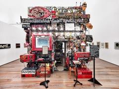 Ben Vautier · Magasin, 1958-1973, Assemblage, diverse Materialien, 402x446x596cm. Centre Georges Pompidou, Mnam/Cci Paris, Installationsansicht Museum Tinguely ©ProLitteris. Foto: Daniel Spehr