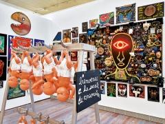 Ben Vautier · Portraits (Raum), 1980-2015, und Bienvenue à la société de consommation (Skulptur), 1989, Installationsansicht Museum Tinguely, Basel ©ProLitteris. Foto: Daniel Spehr