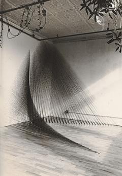 Kazuko Miyamoto · Ohne Titel (String Construction),1977, Nägel, Baumwollgarn, Dimension variabel (Ansicht im Atelier der Künstlerin in der Chrystie Street, New York, 1977). Foto: Die Künstlerin