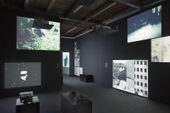 Film Implosion! Experiments in Swiss Cinema and Moving Images, Fri-Art Kunsthalle Fribourg, 2015, Ausstellungsansicht (Black Boxes, Erdgeschoss). Foto: Max Reitmeier