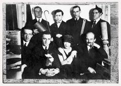 Man Ray · Le groupe dada, um 1922, Silbergelatineabzug, 13,7x26cm, Privatsammlung, Musées de la ville de Strasbourg ©ProLitteris, Courtesy Man Ray Trust. Foto: M. Bertola
