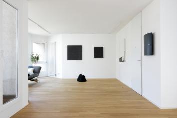 """Ausstellungsansicht """"Roter Faden Schwarz"""" 2018 in der Galerie Klaus Braun,Foto/copyright: Klaus Braun"""
