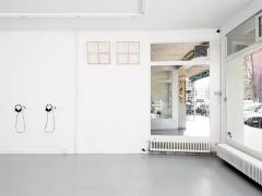 """Tobias Madison · Untitled, 2015, Ton, 2'15"""", Kunstharz, 17 Teile (im Foto rechts vor der Tür), Dimension variabel. Ausstellungsansicht Centre d'édition contemporaine, Genf. Foto: Sandra Pointet"""