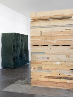 Simon Callery · Wallspine, 2015; Finbar Ward · Archive II, 2015, Installationsansicht annex14, 2016, Courtesy annex14/Fold Gallery ©ProLitteris