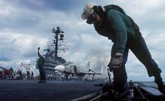 Gilles Caron · Flugzeugträger USS Forrestal, 1968, Ektachrome, Courtesy Fondation Gilles Caron