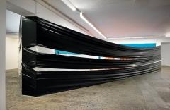 Sonia Kacem · Night Shift, 2016, Ausstellungsansicht, 3. Stock: das letzte der vier hinter schwarzer Plastikfolie verborgenen Kuriositätenkabinette, Centre d'Art Contemporain Genève. Foto: Annick Wetter