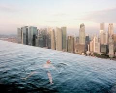 Palolo Woods & Gabriele Galimerti · Ein Gast geniesst den Pool des Marina Bay Sands Hotel im Finanzviertel von Singapur, 2015