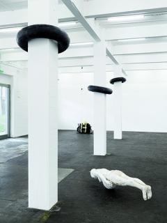 Stuck in Motion, 2016; Centuries, 2016; Dear Life, 2016, Ausstellungsansicht Kunst Halle Sankt Gallen, Courtesy BolteLang, Zürich; Limoncello, London. Foto: Gunnar Meier