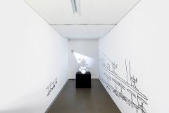 Zilla Leutenegger · Drum set, 2009, Videoinstallation mit 3 Wandzeichnungen, Trommelset, Sockel, Projektion, s/w, Ton, Loop, Ed. 2/3 +1 AP + 1 EP