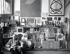 Sabine Weiss · André Breton chez lui, Paris, 1956, Schwarzweissfotografie