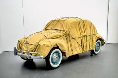 Christo · Wrapped Beetle 1963 (Objekt 2014), 1963/2014, Auto, Stoff, Seile, 150x158,5x414cm. Foto: Wolfgang Volz