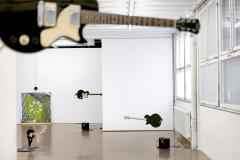 Trio, 2015, 3 E-Gitarren, Moroten, Verstärker und Lautsprecher; Happy System, Teil I, 2016, Marionette, Holzscheiben, Acryl; Leerreel, 2016. Acryl auf Pavatex, Sound. Foto: Rolf Bismarc