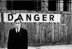 Brion Gysin · Danger, Porträt von William S. Burroughs vor dem Odéon Theater, Paris, 1959, aus: Naked Lunch Serie, Barry Miles Archive