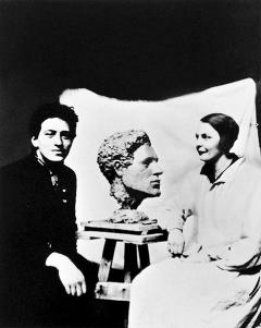 Links: Alberto Giacometti und Flora Mayo mit der von ihr gefertigten Büste Giacomettis, ca. 1927, anonyme Aufnahme, Courtesy Fotostiftung Schweiz, Winterthur;